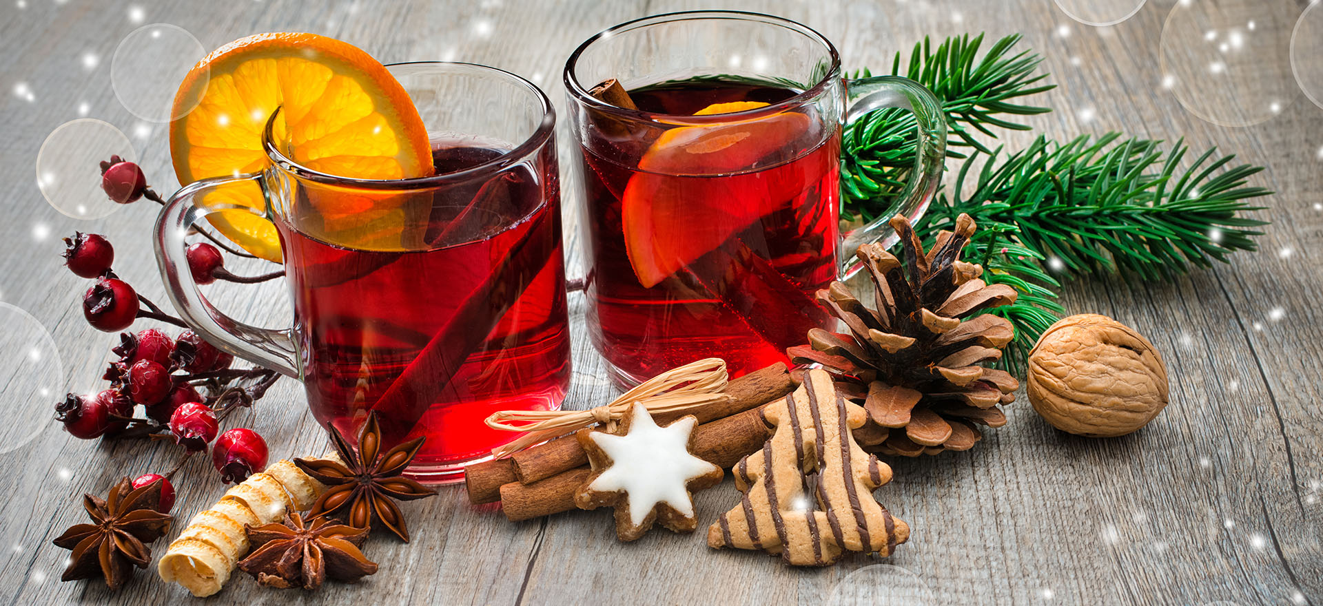 Chritsmas drinks with orange and pine cones